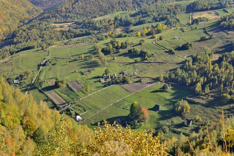 Wczesny jesień krajobraz z górską wioską zdjęcie stock