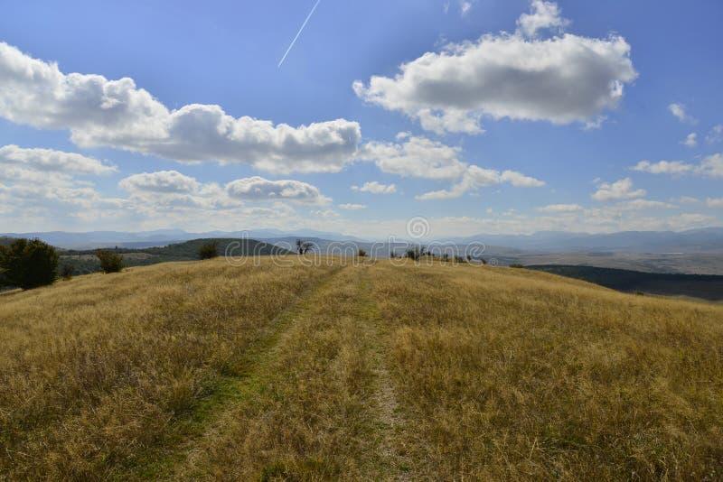 Wczesny jesień krajobraz z wzgórzami i wiejską drogą fotografia royalty free