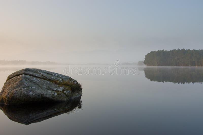 wczesny jeziorny mgły ranek tranquill zdjęcie stock