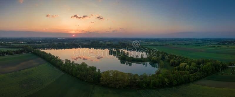 Wczesny mglisty ranek, wschód słońca nad jeziorem widok z lotu ptaka zdjęcie stock