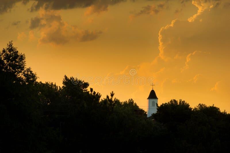Wczesny Poranek burza Tworzy Painterly wschód słońca Nad miasteczkiem obraz royalty free