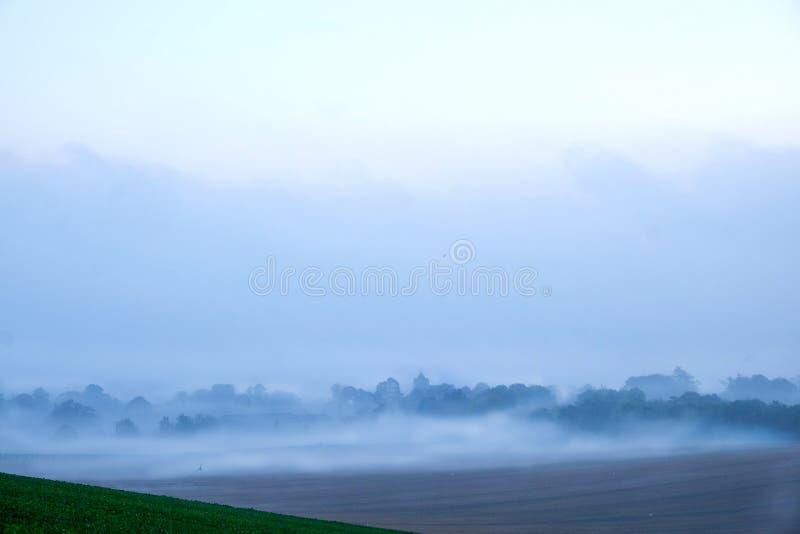 Wczesny poranek mgła nad angielską wioską fotografia royalty free