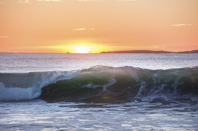 Wczesny poranek na brzeg Atlantycki ocean Falowy kołysanie się na brzeg w świetle słonecznym zdjęcie stock