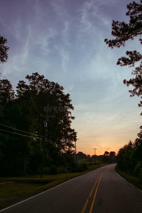 Wczesny poranek przejażdżka na wiejskiej drodze zdjęcie royalty free