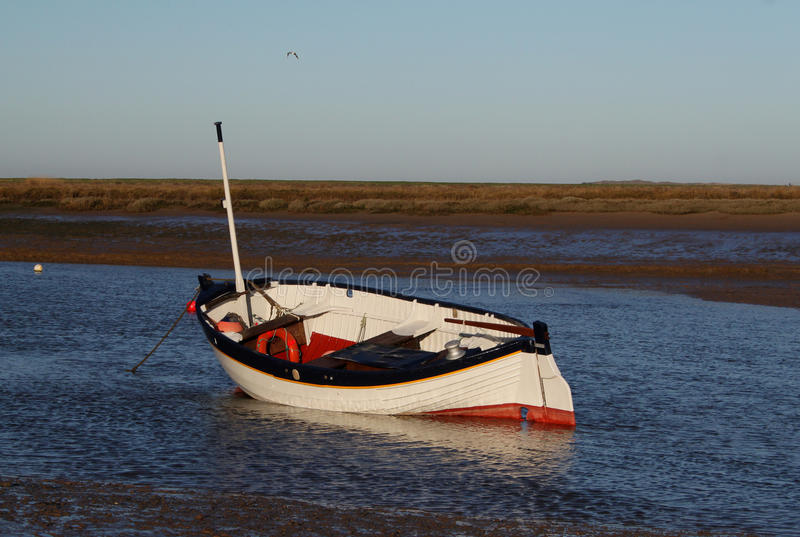 Wczesny Poranek, przypływy out, Stara łódkowata scena zdjęcia royalty free