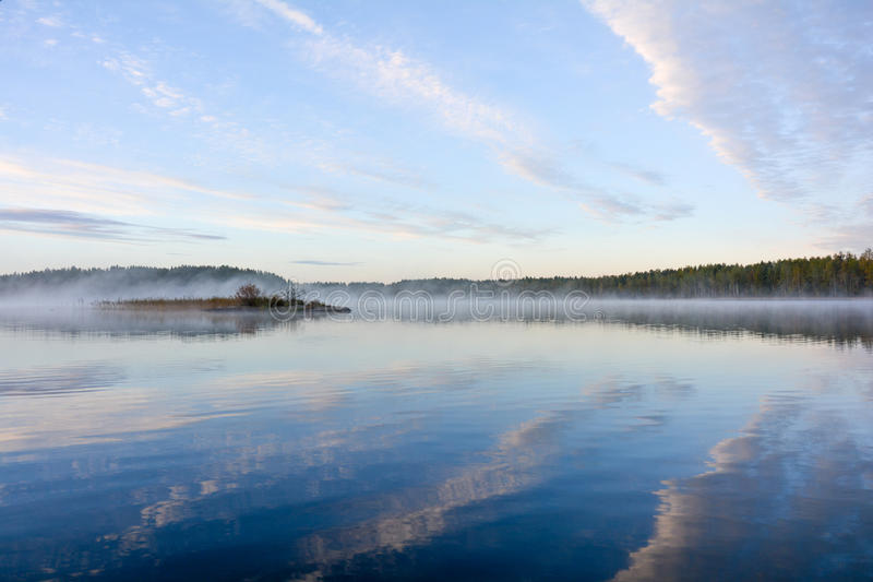 Wczesny poranek, spokojny jeziorny i chmury odzwierciedla od wody, zdjęcie royalty free