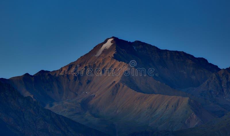 Wczesny poranek w terenie górskim Świt nad górami fotografia stock