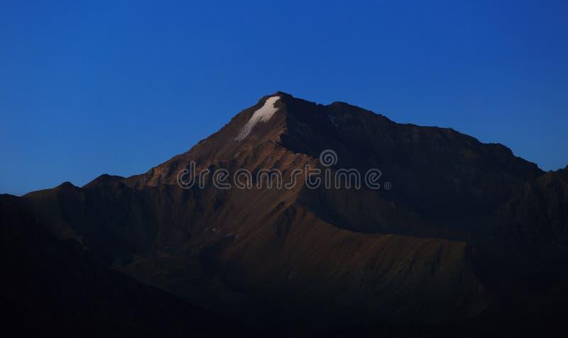 Wczesny poranek w terenie górskim Świt nad górami zdjęcia stock