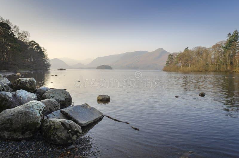 Wczesny poranek wci??, spok?j woda Derwentwater przy Keswick w Cumbrian Jeziornym okr?gu w p??nocy Anglia zdjęcia royalty free