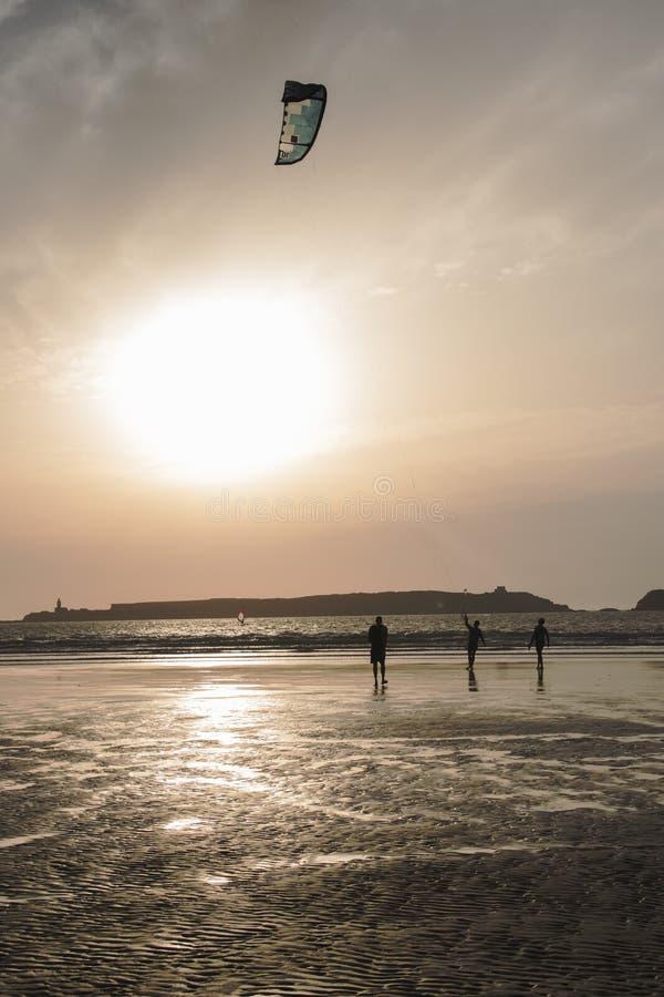 Wczesny wieczór kani surfing jako słońce zaczyna ustawiać nad oceanem fotografia stock