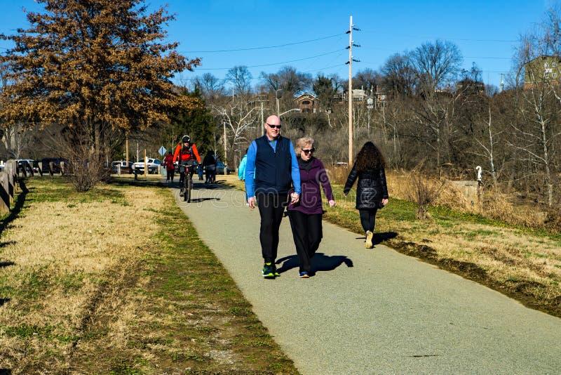Wczesnych Poranków piechurzy, biegacze, Joggers i rowerzyści na Roanoke Rzecznym Greenway, - 2 obrazy royalty free