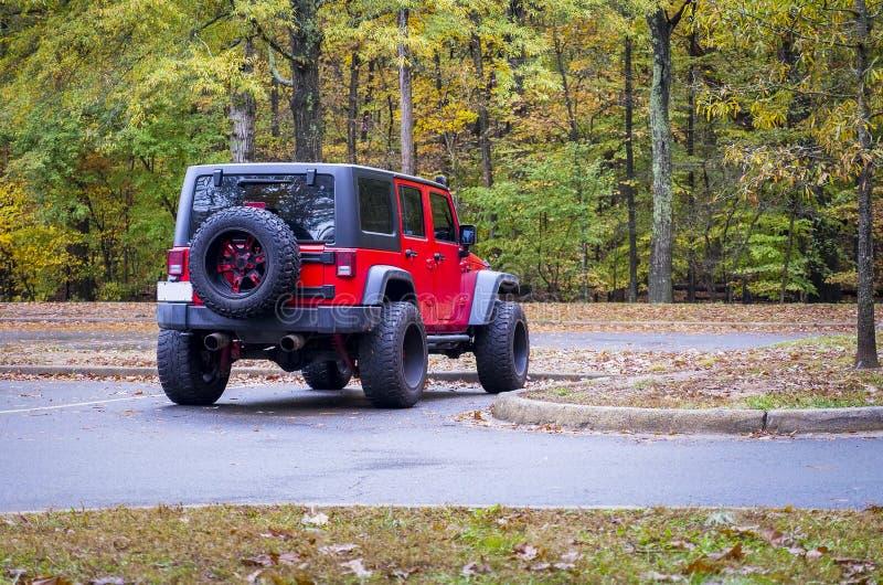 4WD在森林地停放的耐震车 免版税库存图片