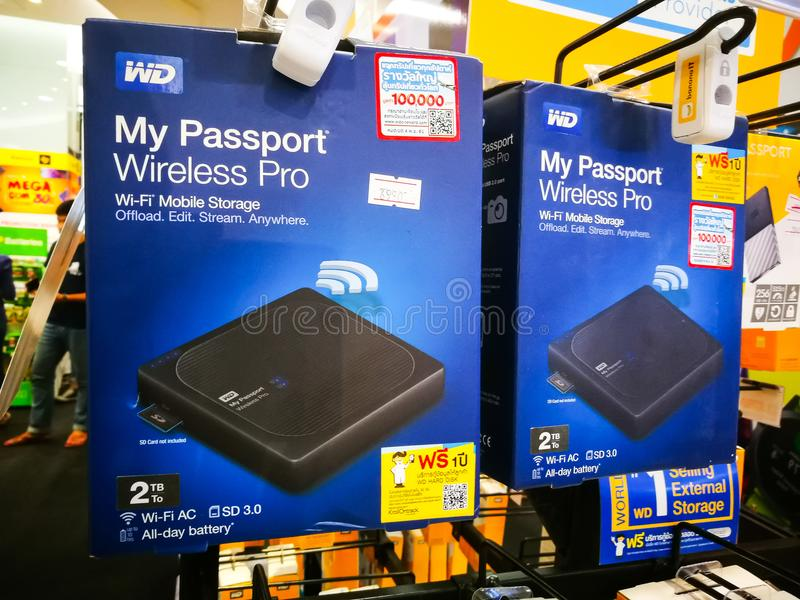 WD δυτικός ψηφιακός οι ασύρματοι υπέρ φορητοί εξωτερικοί σκληροί δίσκοι διαβατηρίων μου που επιδεικνύουν για την πώληση στην ΤΠ E στοκ φωτογραφία με δικαίωμα ελεύθερης χρήσης