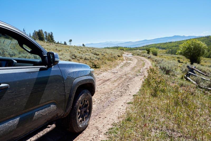 4WD οδήγηση οχημάτων σε μια τραχιά διαδρομή ρύπου στοκ φωτογραφίες