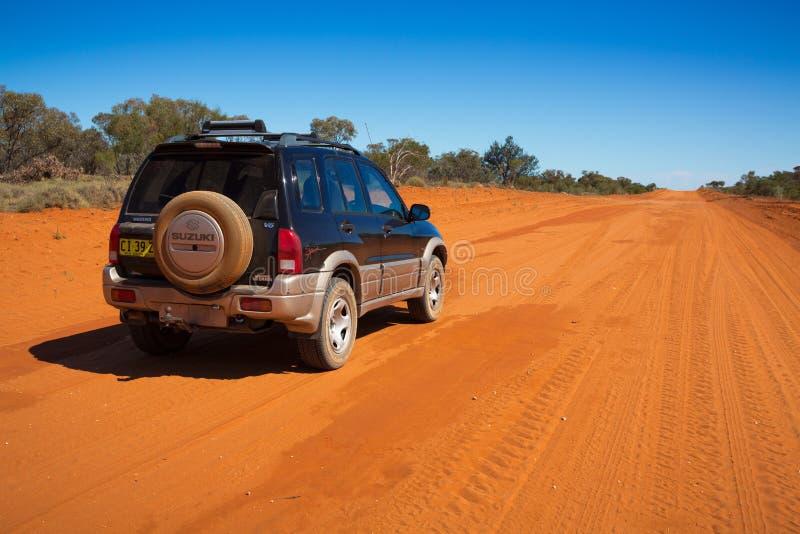 4wd en el camino arenoso rojo del desierto en el interior Australia imagen de archivo