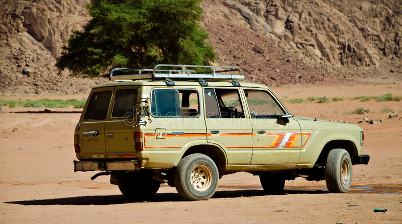 4WD på öknen arkivbild