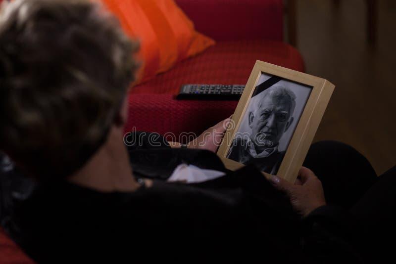 Wdowa opłakuje nieżywej osoby zdjęcia stock