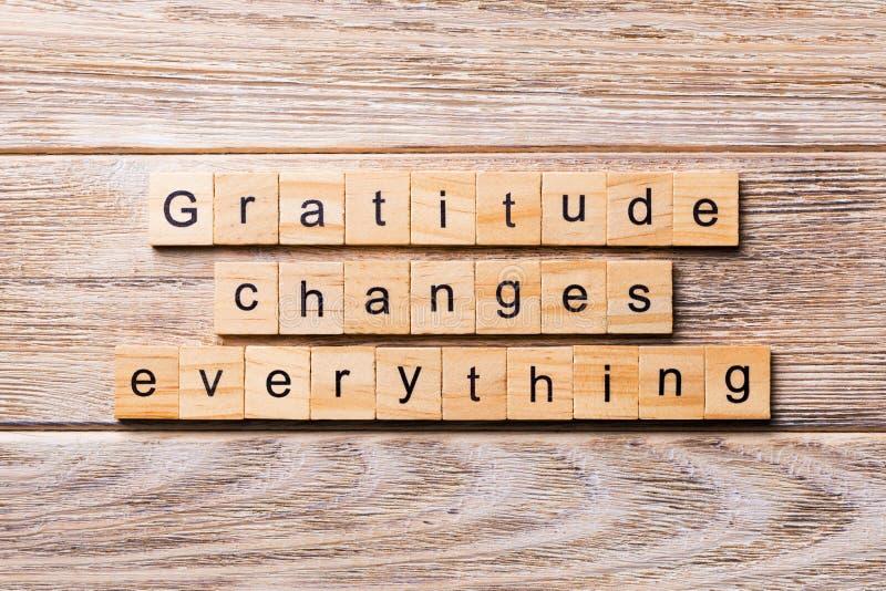 Wdzięczność zmiany everything słowo pisać na drewnianym bloku Wdzięczność zmienia everything tekst na drewnianym stole dla twój d zdjęcia royalty free