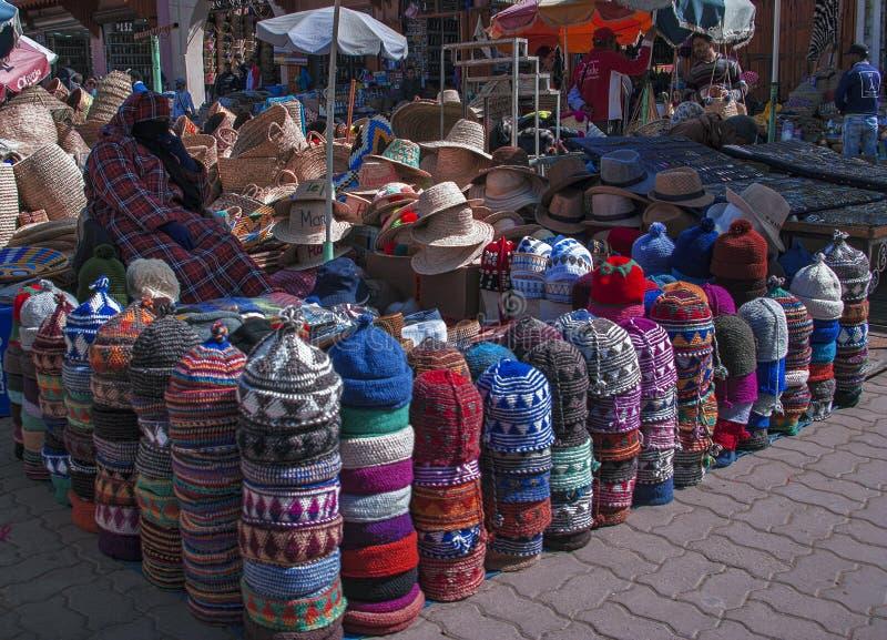wełny czapeczki sprzedawczyni przy tradycyjnym rynkiem w Marrakech fotografia royalty free