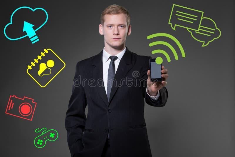 Wearable apparat av att använda smartphonen royaltyfri fotografi