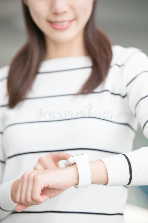 Wearable kvinnakläder ilar klockan arkivfoto
