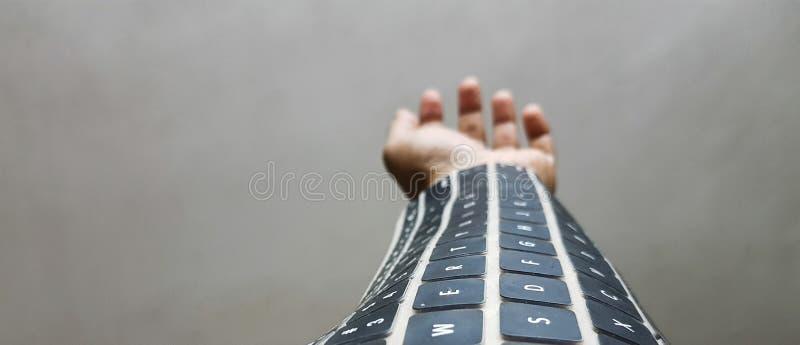 Wearable toetsenbord op wapen toekomstige draadloze technologie stock afbeelding