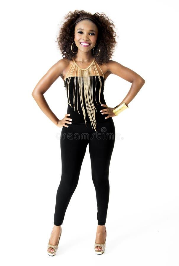 Wearing Black modèle féminin africain avec des bijoux d'or, d'isolement sur le fond blanc images stock