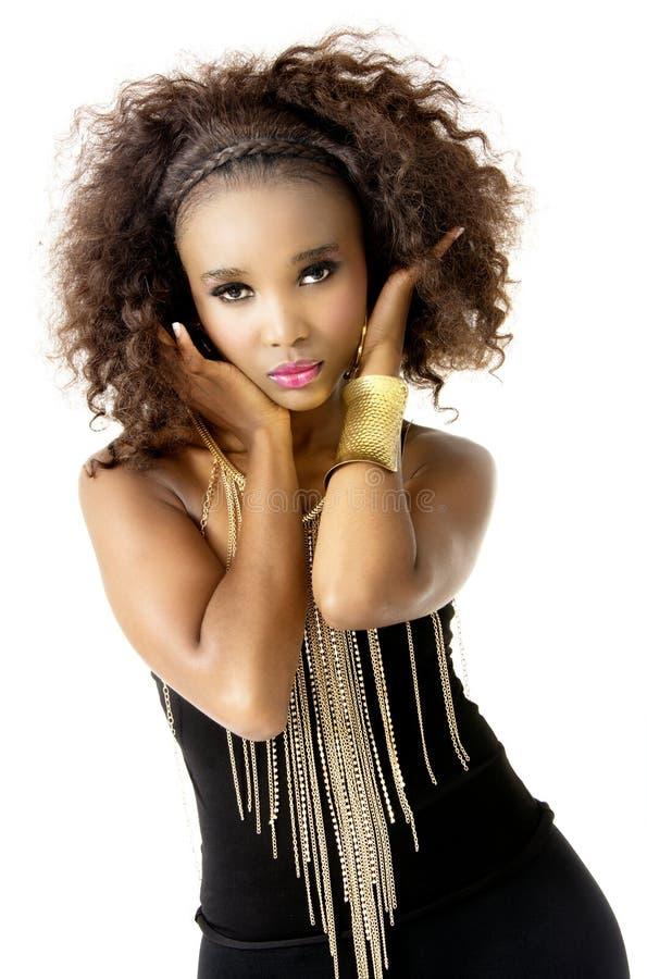 Wearing Black modelo fêmea africano com a joia do ouro, isolada no fundo branco fotografia de stock royalty free