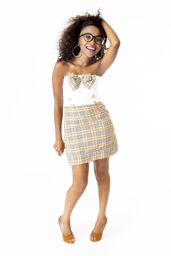 Wearing Cute Dress modèle féminin africain, lunettes, avec la coiffure d'Afro, images stock
