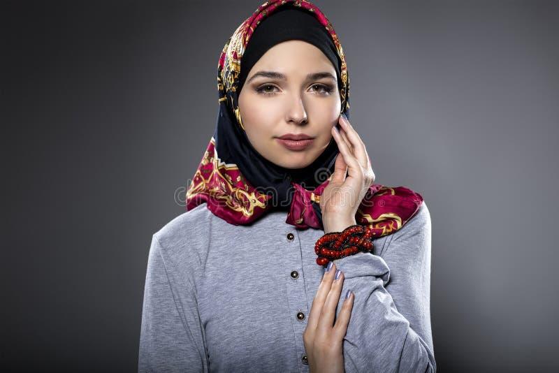 Wearing di modello femminile un Hijab rosso immagine stock libera da diritti