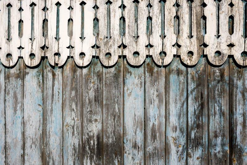 Weathered покрасил загородку голубого шелушения деревянную и округлил высекаенное деревянное оформление на верхней части стоковые изображения