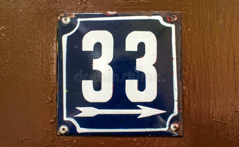 Weathered esmaltou a placa número 33 fotos de stock