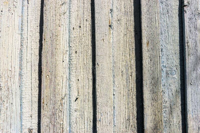 Weathered a fendu la peinture bleue de couleur sur la barrière tordue en bois rustique image libre de droits