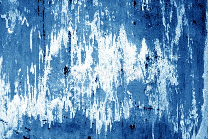 Weathered a peint le mur en métal dans la couleur de bleu marine photographie stock