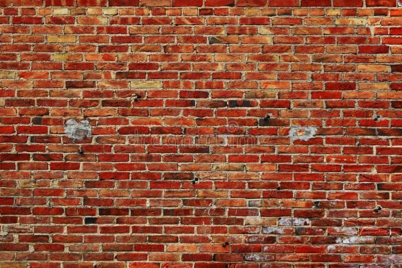 Weathered a réparé le mur de briques rouge images stock