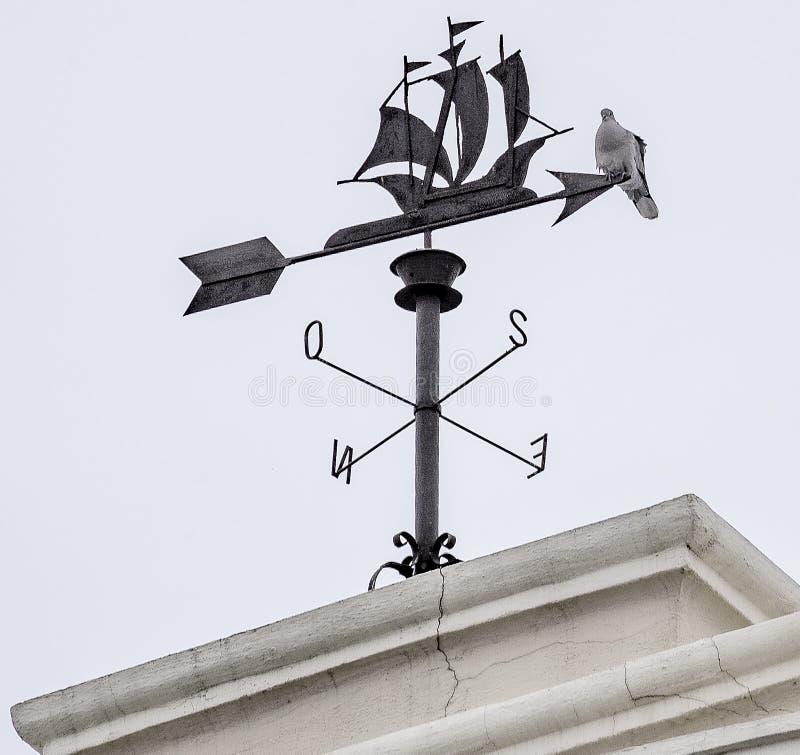 Weathervane парусного судна с голубем на верхней части стоковое фото