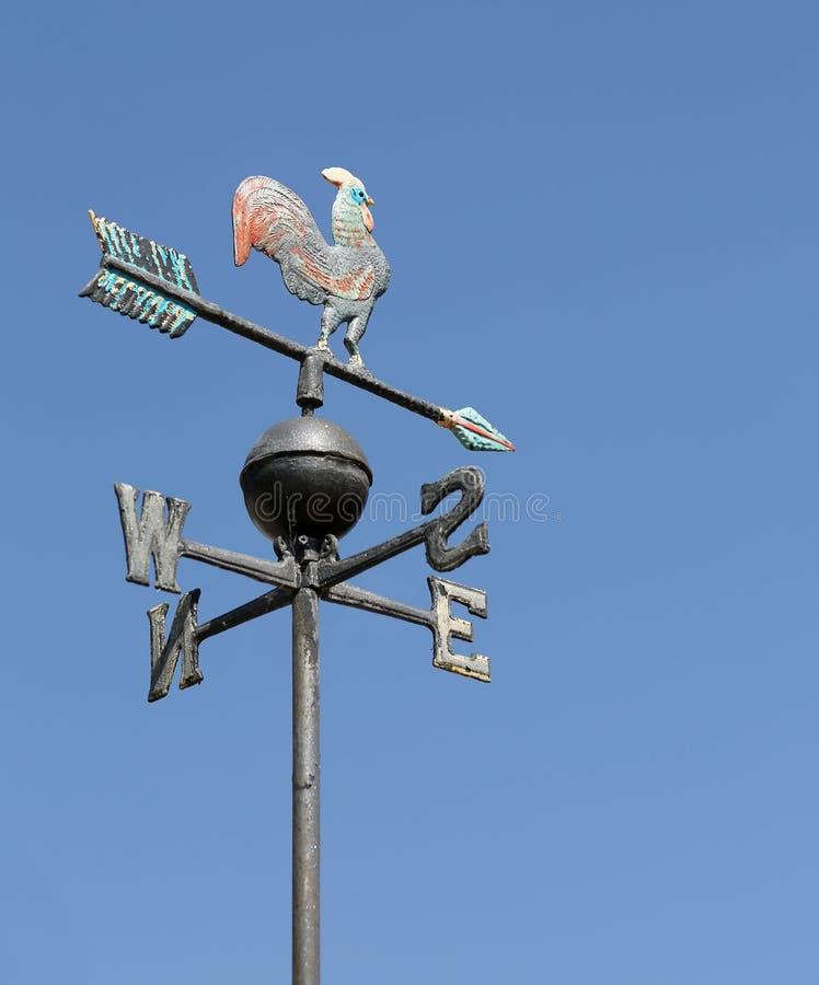 Weathervane avec le coq de fer photo libre de droits