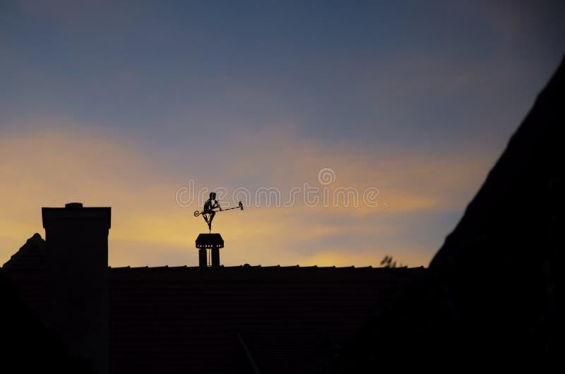 Weathervane de dessus de toit, Sighisoara, Roumanie images libres de droits