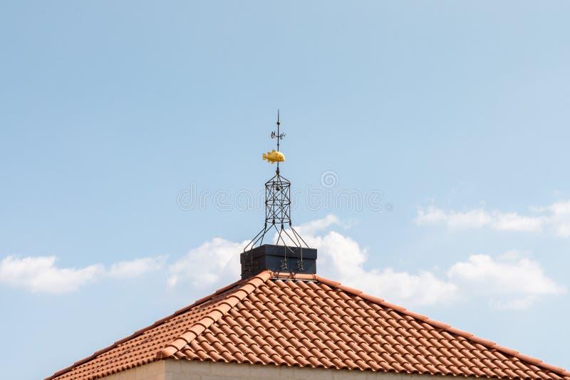 Weathervane sob a forma dos peixes do ouro no telhado de Tabgha - a multiplicação da igreja Católica do pão e dos peixes fotos de stock