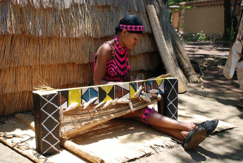 Weave da mulher do tribo Zulu (África do Sul)