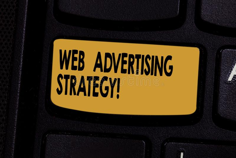 Web d'apparence de signe des textes annonçant la stratégie La photo conceptuelle emploie les réseaux sociaux existants pour favor photo libre de droits