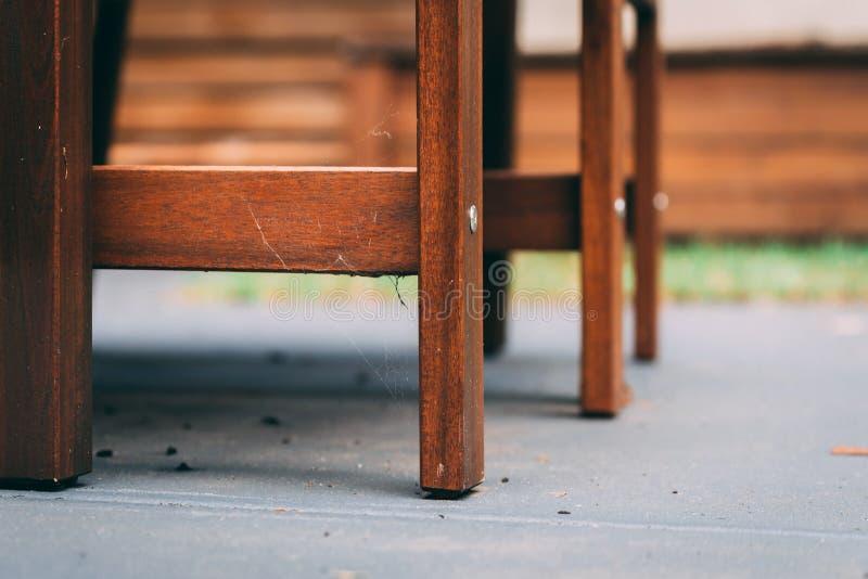 Web de aranha em bases da cadeira no concreto imagem de stock royalty free