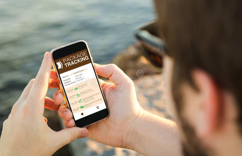 Web de seguimento do serviço do pacote no móbil imagem de stock royalty free