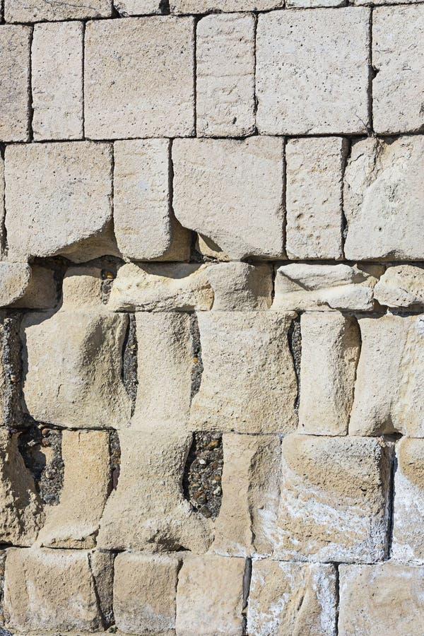 Web design basso duro potente rotto danneggiato dalle intemperie del substrato delle grandi dei blocchi pietre grige del calcare fotografie stock