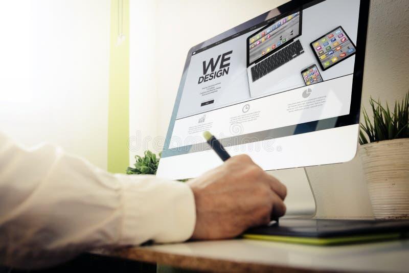 Web-Entwickler, der wedesign entwirft stockfotografie