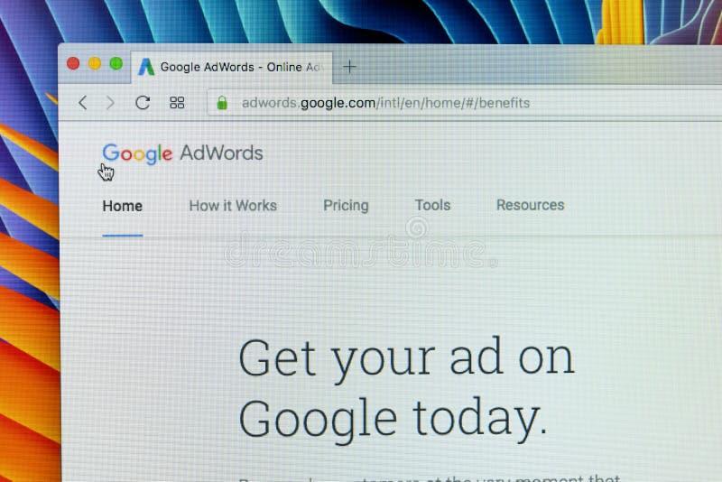 Web site de Google Adwords na tela de monitor de Apple iMac Google AdWords é um serviço de publicidade online Ajudas expressas de imagens de stock royalty free