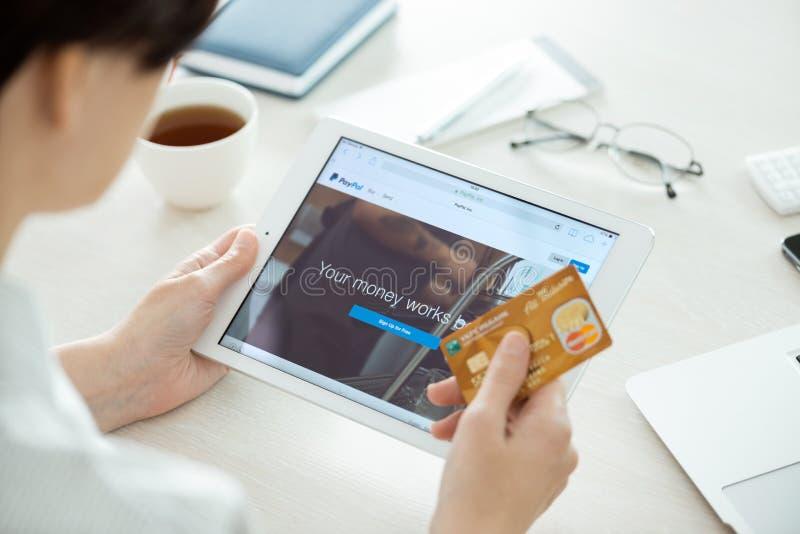 Web site de Paypal no ar do iPad de Apple fotografia de stock royalty free