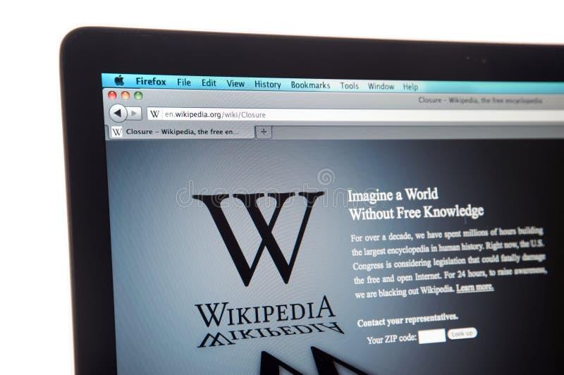 Web site de Wikipedia durante o escurecimento do Internet fotos de stock