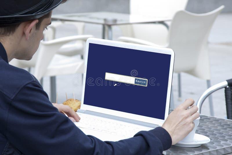 Webbläsare på bärbara datorn royaltyfria bilder