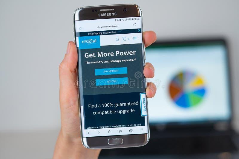 Webbplats av det avgörande företaget på telefonskärmen arkivbild